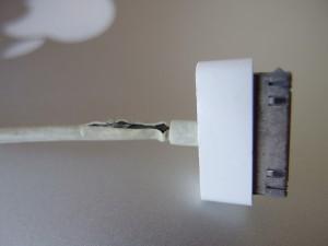 iPhoneの充電ケーブルの根元が断線