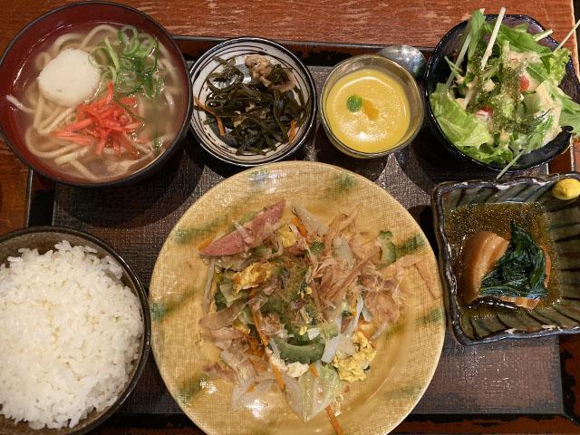 ゴーヤチャンプルと沖縄そば定食